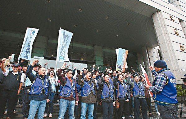 華航勞資昨天協商,工會等數十位成員在交通部外聲援。 記者林澔一/攝影