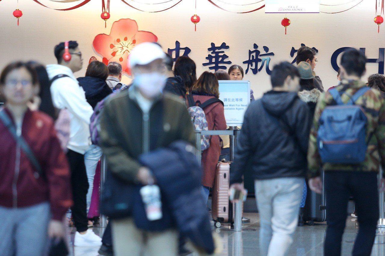 桃園機場春節旅客疏運工作10日進入最高峰,全天預估有破紀錄的16萬人次旅客出入,...