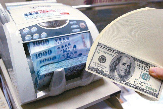 理財專家建議,投資人想承作美元高利定存,為自己的財富加值,除了比較利率,還要選擇...
