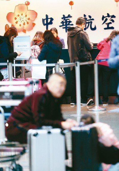 中華航空公司機師罷工,10日已經進入第三天,圖為桃園機場第二航廈華航櫃台運作情形...