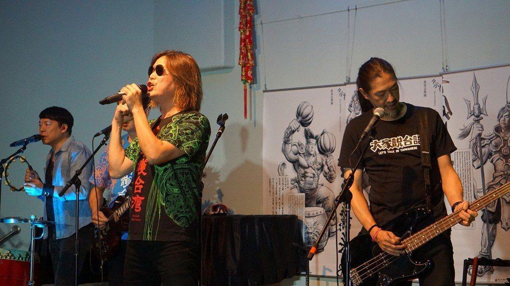 團董事長樂團在洛杉磯演出,約有百名僑胞欣賞他們的演出。 圖/中央社