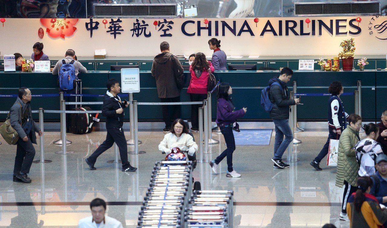 中華航空公司機師罷工十日已經進入第三天,桃園機場共取消十五個航班,預估受影響旅客...