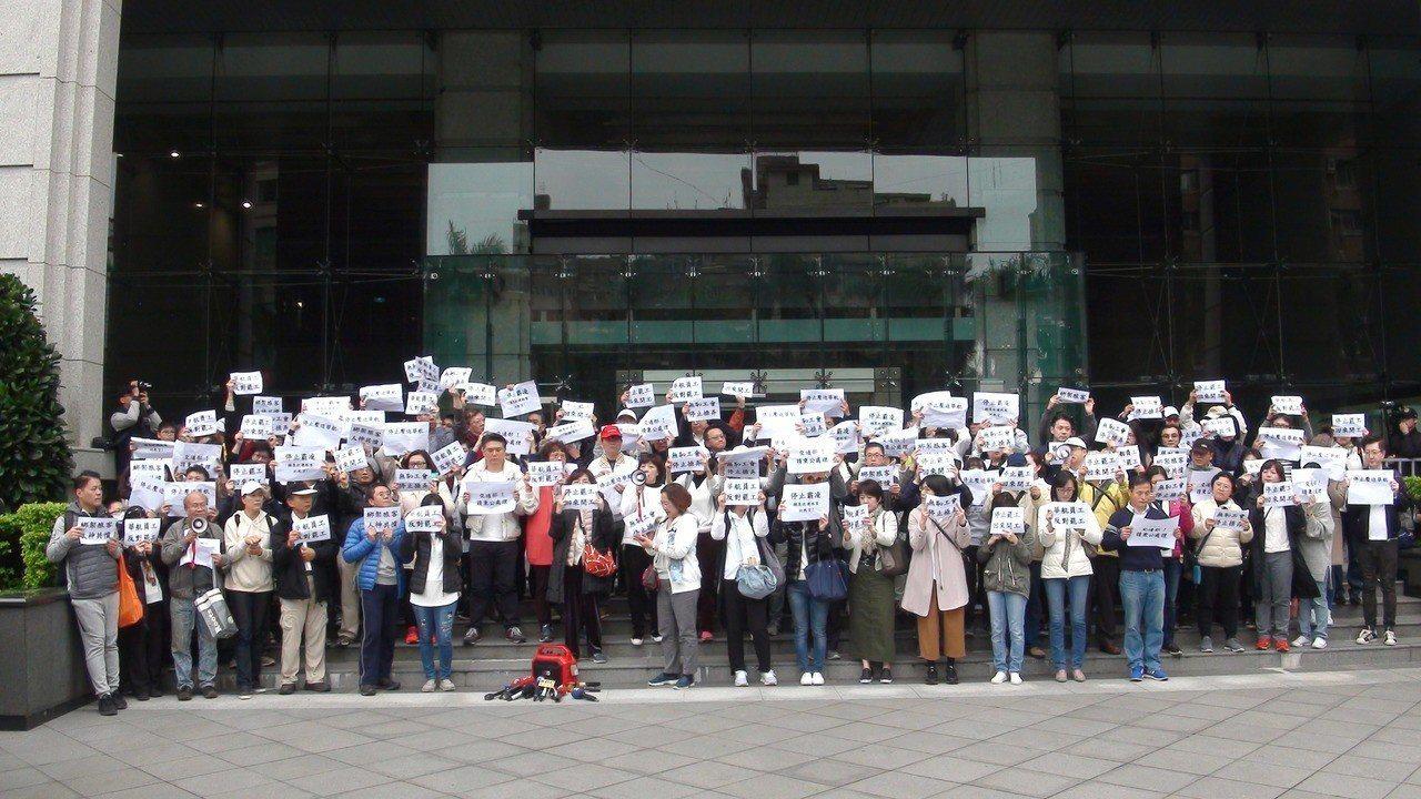 今天下午4時約200位員工到交通部陳情抗議,要求交通部不要接受機師要求,不要壓迫...