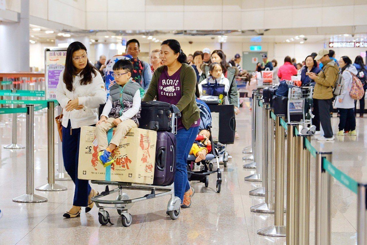 華航部分機師8日清晨起展開罷工,11日也將持續,桃園國際機場公司表示,根據華航1...