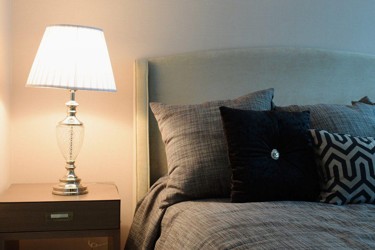 男網友訂房時沒發現房價是384美金,結果他自己一個人花了台幣一萬多元包棟。 圖/...
