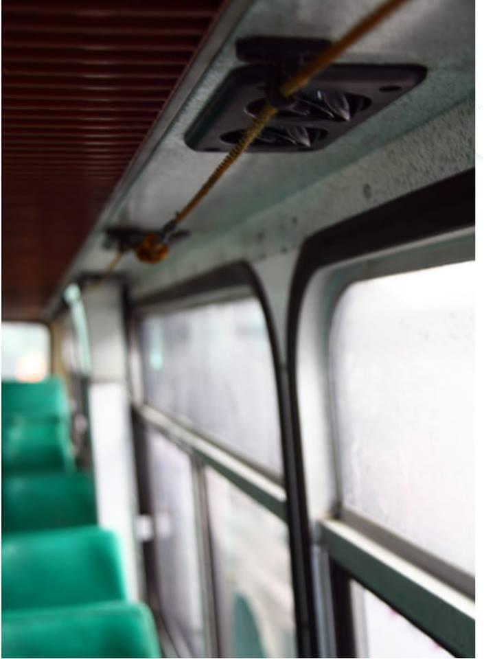 早期公車上頭的繩子是下車鈴。 圖擷自爆廢公社公開版
