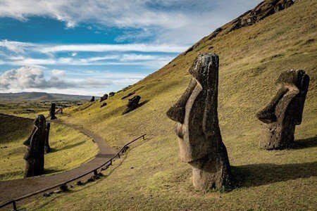 全島已經發現800多尊石像,多數石像是由一塊巨石刻出,但代表意義至今仍然不明 (...