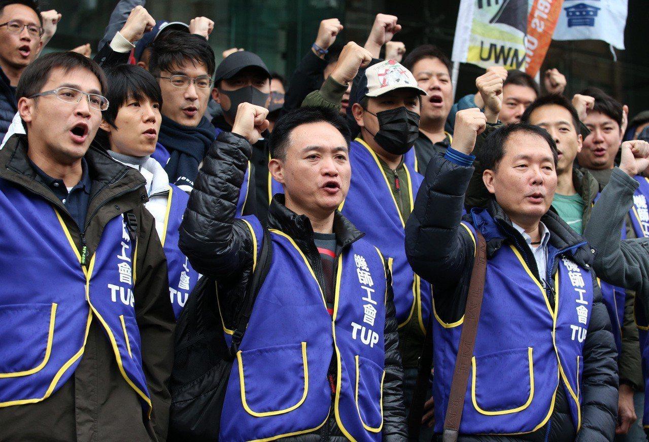 中華航空公司昨天與桃園市機師職業工會華航分會進行協商,機師工會等數十位成員在交通...