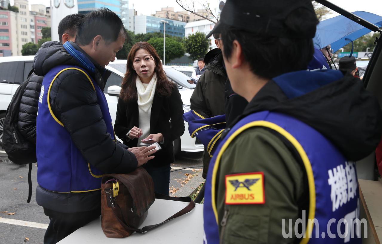 機師工會理事長李信燕(左二)昨天下午一點半先在松山機場召開勞資協商前記者會 ,並...