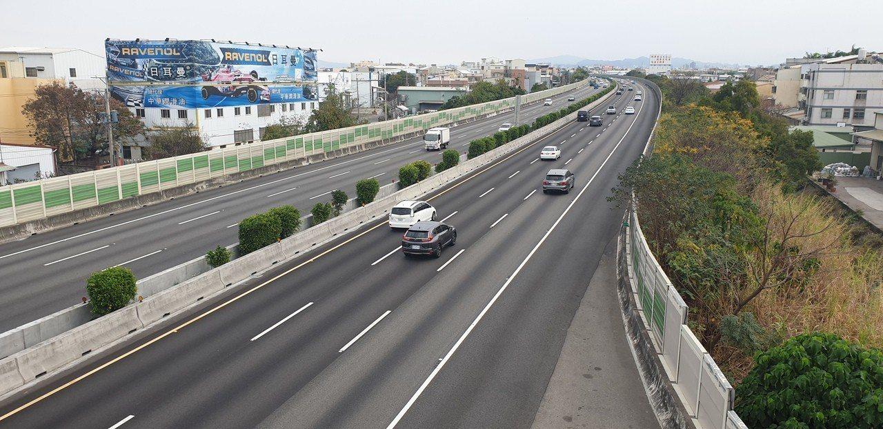 國道一號台中路段,今天早上交通順。記者游振昇/攝影