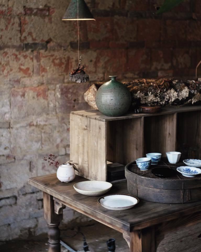 台南市中西區信義街的「目栮」,展示許多台日藝術家的工藝品,適合喜歡食器與古物的遊...