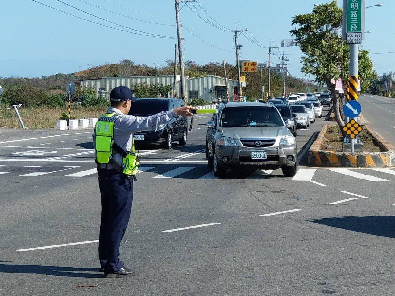 春節連假期間,台南市警三分局員警在轄區重要路口交管,疏道交通。圖/台南市警三分局...