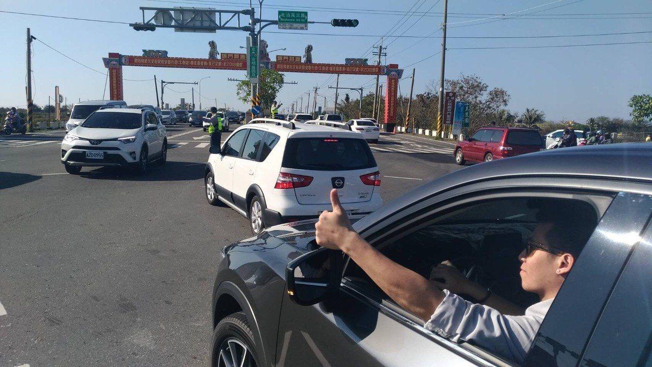 基層員警春節犧牲假期,在重要路口進行交管疏導,民眾有感,2月7日年初三員警在安明...