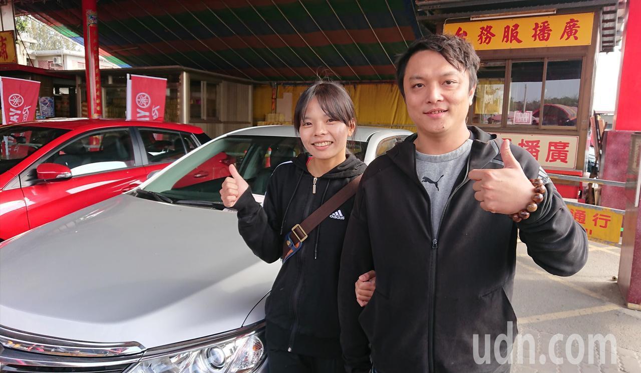 王若存擲出11筊,和男友陳冠霖開心領取汽車大獎。記者卜敏正/攝影