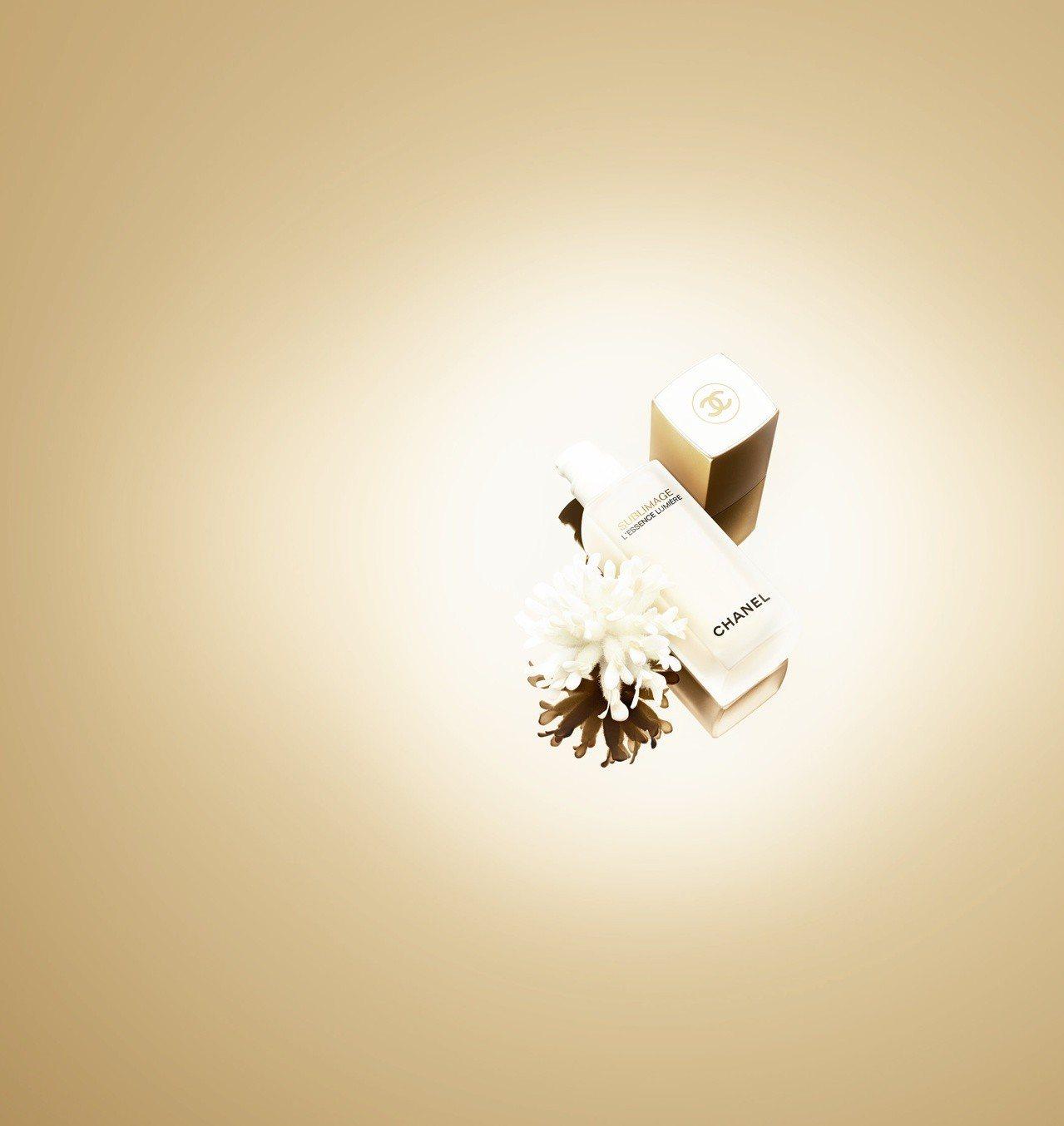 香奈兒奢華金燦煥白精萃,內含珍貴植物長生雪絨花,40ml售價16,800元。圖/...