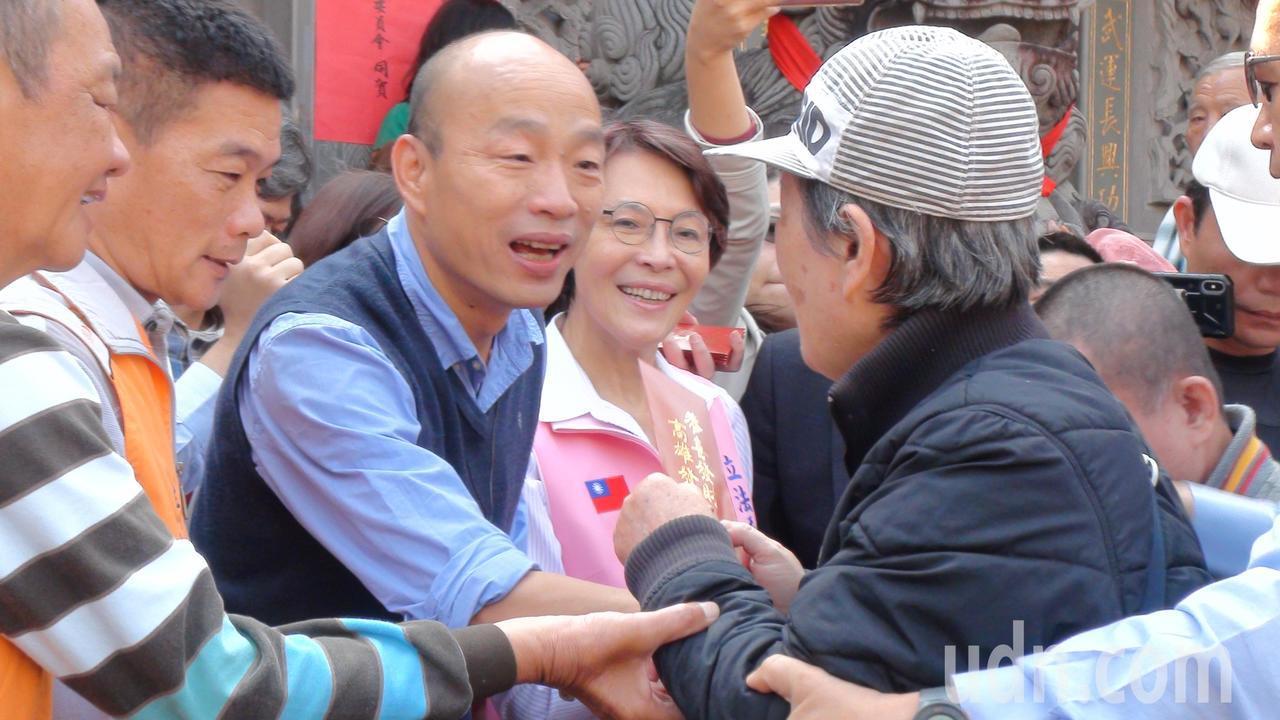 高雄巿長韓國瑜今天繼續在左營、楠梓宮廟發放紅包。記者謝梅芬/攝影