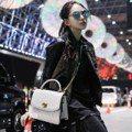昆凌機場大秀美腿 力拚Krystal征戰紐約時裝周