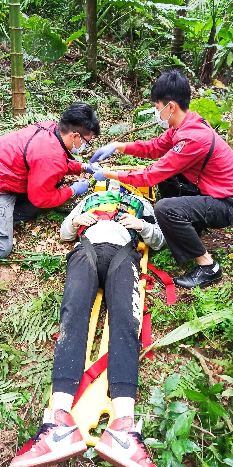 花蓮縣萬榮鄉今天上午8時30分,發生一起飛行傘墜落意外。記者蔡翼謙/翻攝