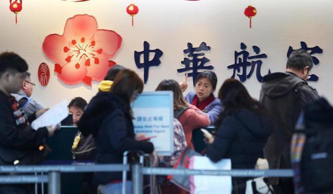 中華航空公司機師罷工已經進入第三天,圖為桃園機場第二航廈華航櫃台運作情形。記者陳...