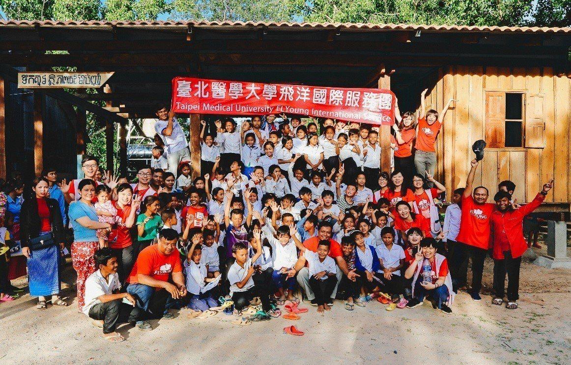 去年暑假,台北醫學大學的青年揹起行囊,深入柬埔寨偏鄉,為當地孩童抓頭蝨,教導當地...