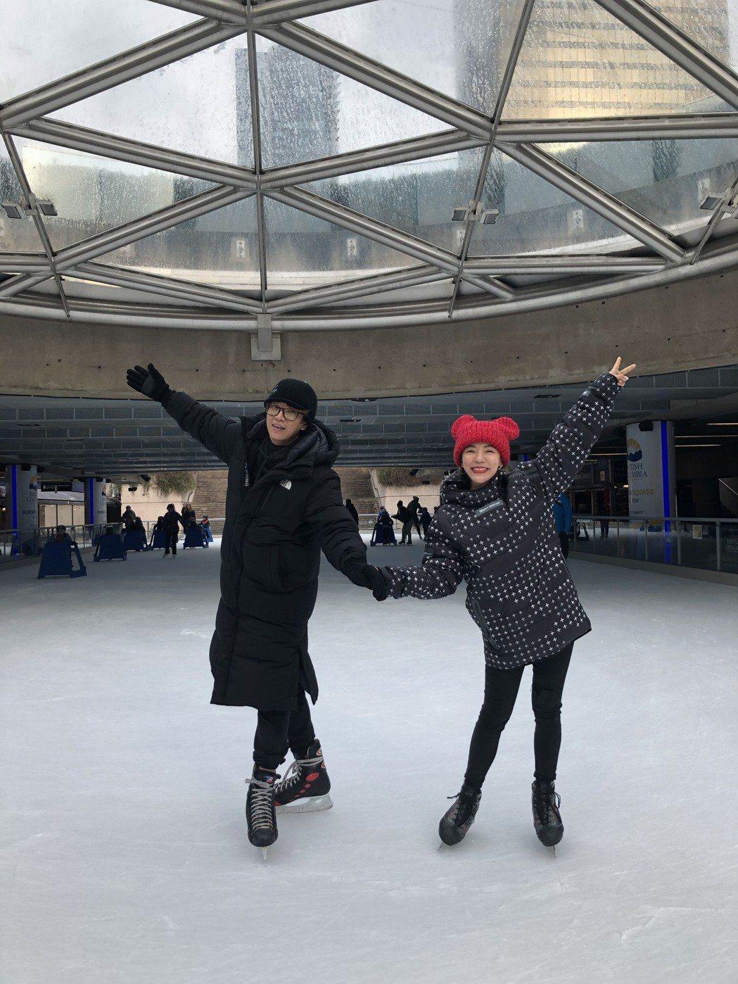 丁噹(右)和阿弟趁著空檔挑戰滑冰。圖/相信提供