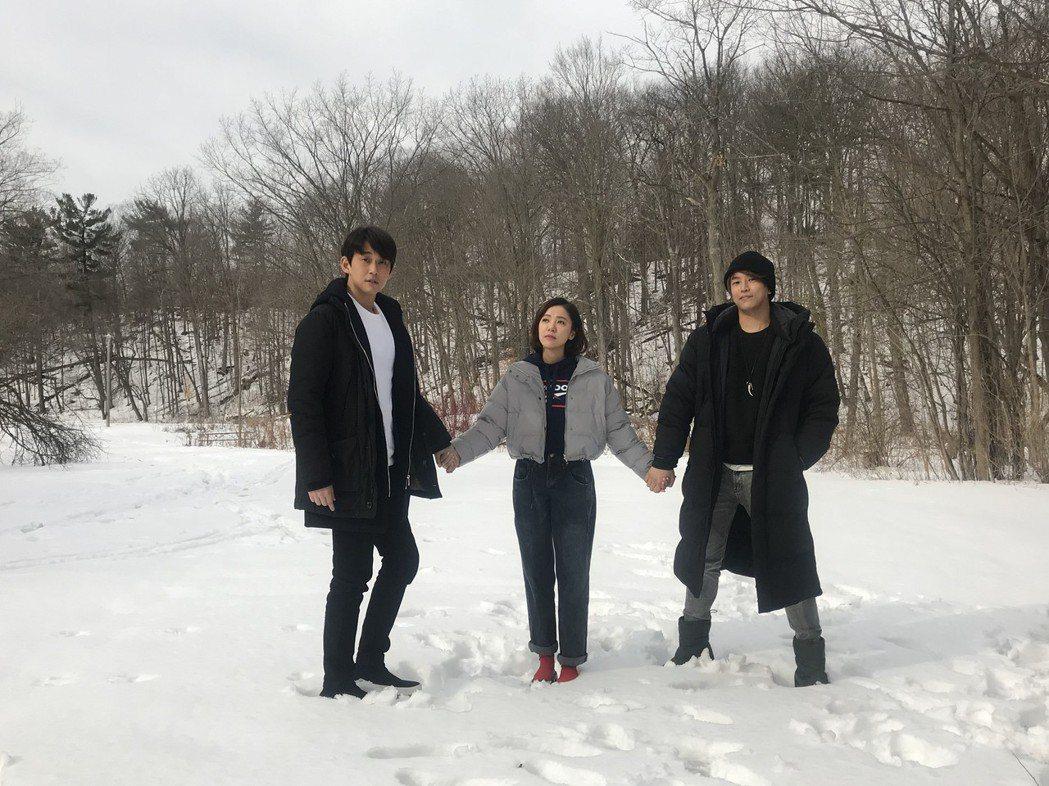 阿弟(右起)、丁噹、陳乃榮在鮮少看見的雪景中合照。圖/相信提供