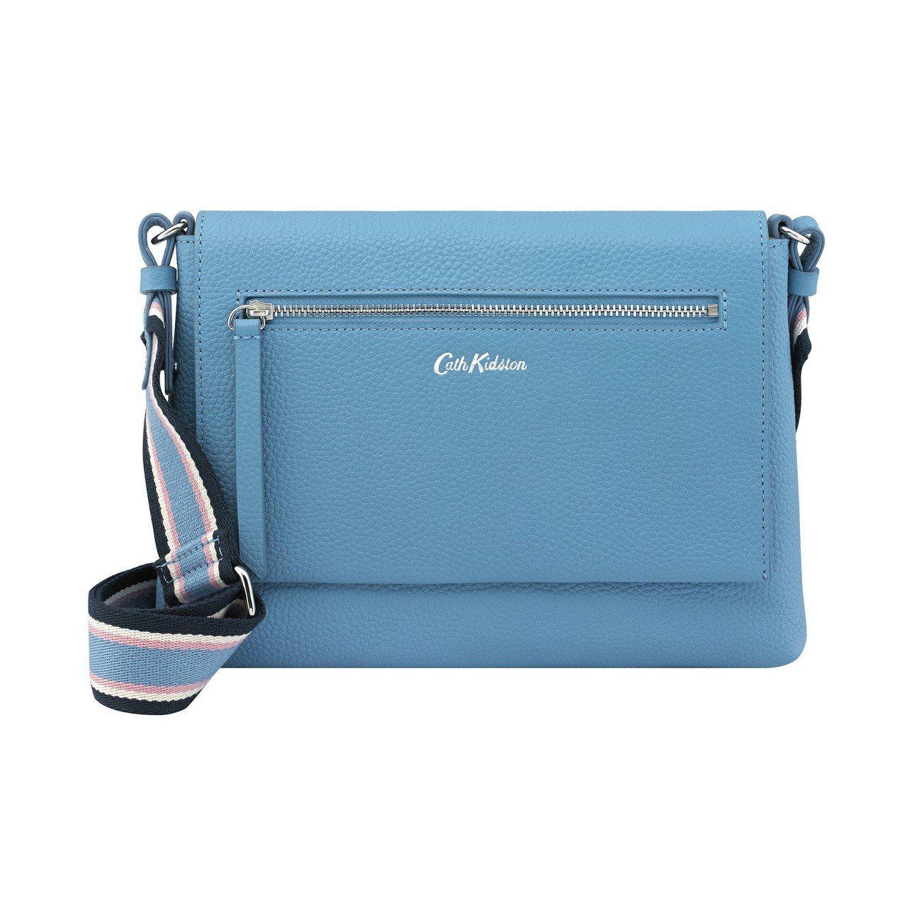 粉藍皮革斜背包,5,280元。圖/Cath Kidston提供