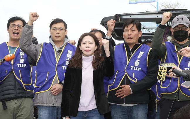 桃園機師工會理事長李信燕(中)指出,有部分飛行員利用自假出國,卻被公司單方停止員...