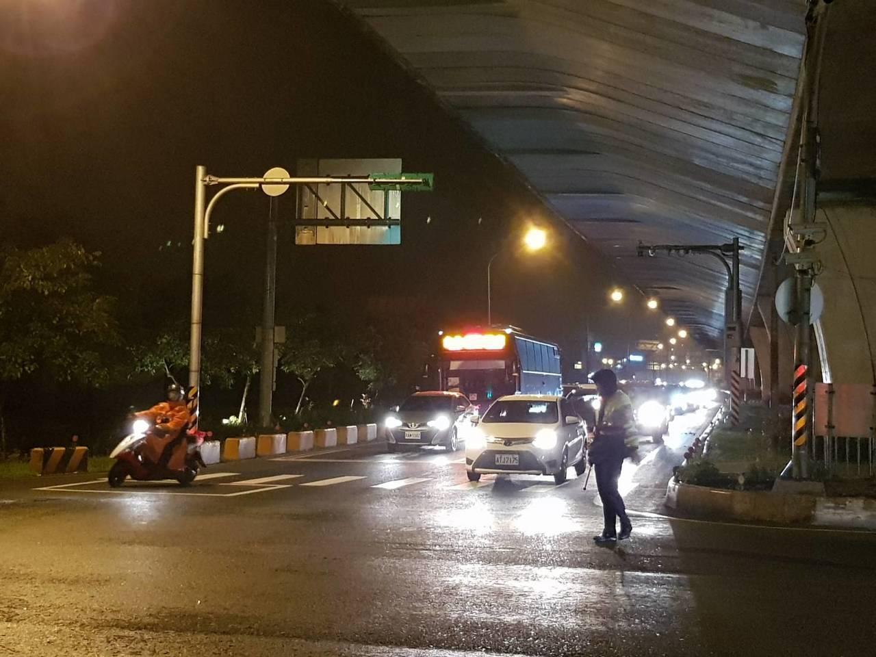 為疏運春節大量車潮,宜蘭縣警局調派人力,在各路段或是容易壅塞路口協助引導車流。圖...
