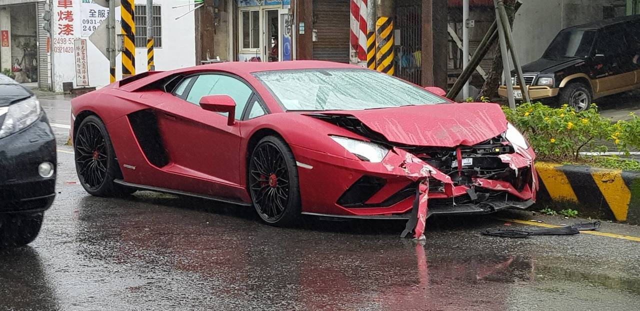 一輛市價2700萬元以上的紅色藍寶堅尼,綽號牛王的超跑,上午行經新北市萬里區加投...