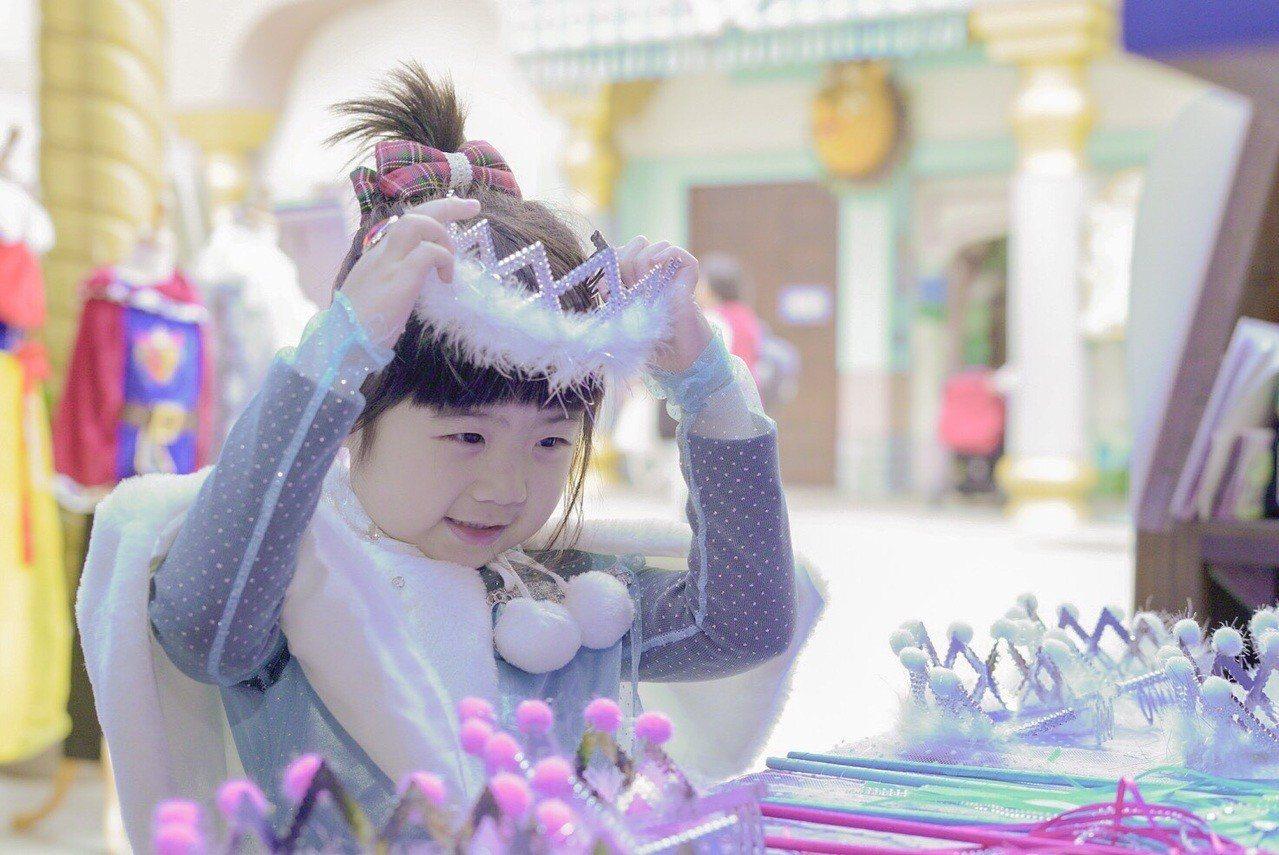 專屬孩子們的「公主夢幻變裝間」活動,吸引大批親子家庭入園。圖/六福村提供