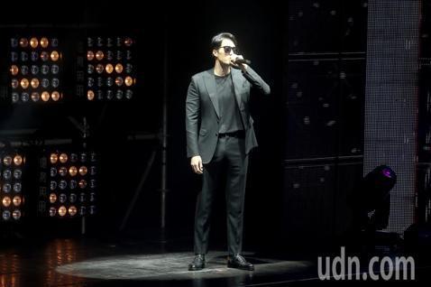 韓星蘇志燮今天在台北國際會議中心舉辦台北見面會,開場就穿著一身黑色西裝深情演唱,讓粉絲尖叫連連,並手比愛心對粉絲放電。