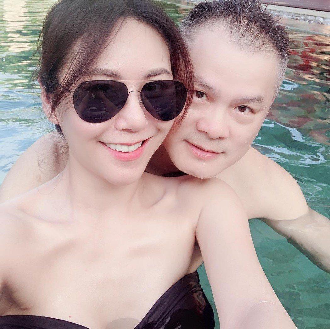 洪曉蕾到峇里島度假,身邊出現一名中年男子,2人在泳池親密貼身。圖/摘自臉書