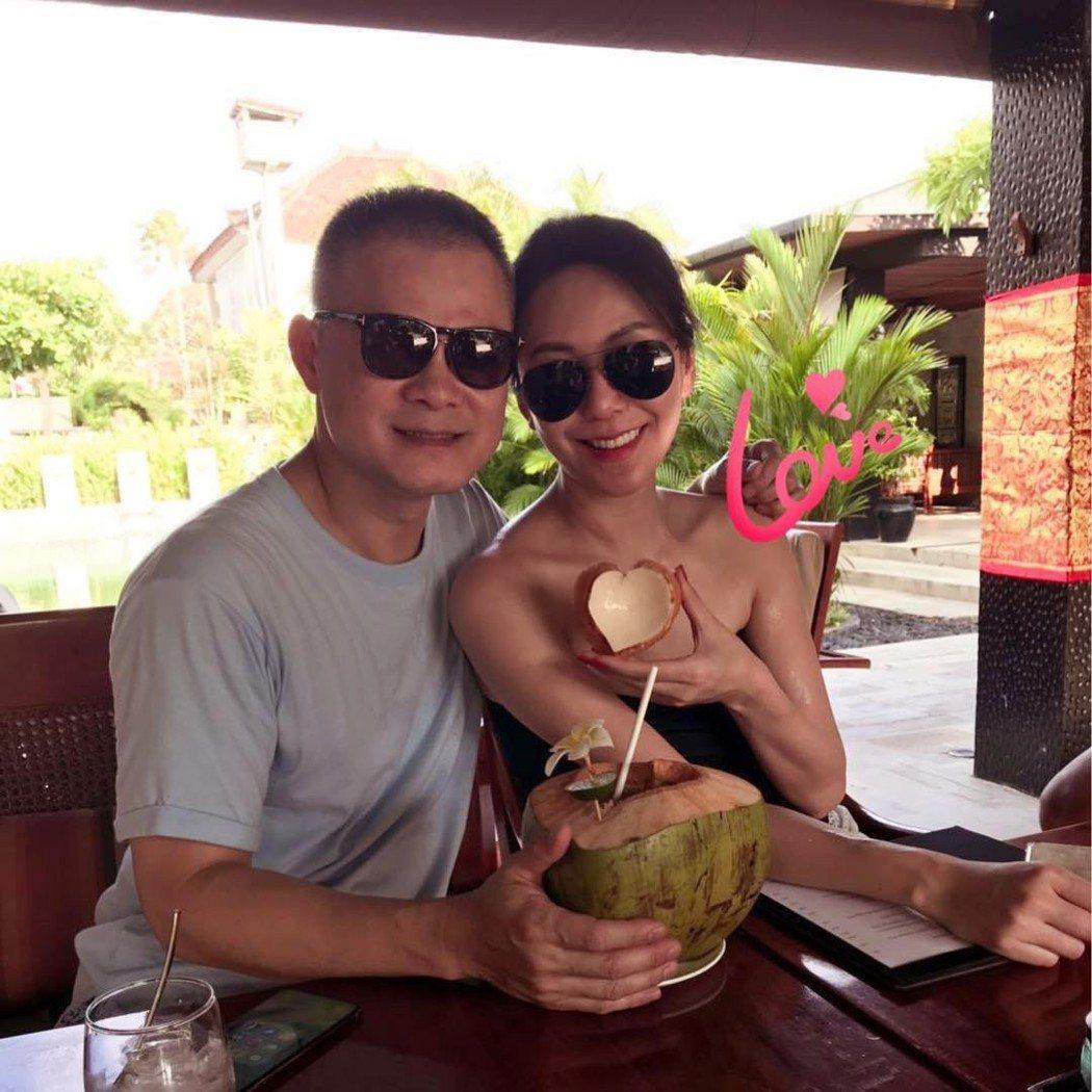 洪曉蕾到峇里島度假,身邊出現一名中年男子,互動十分親密。圖/摘自臉書