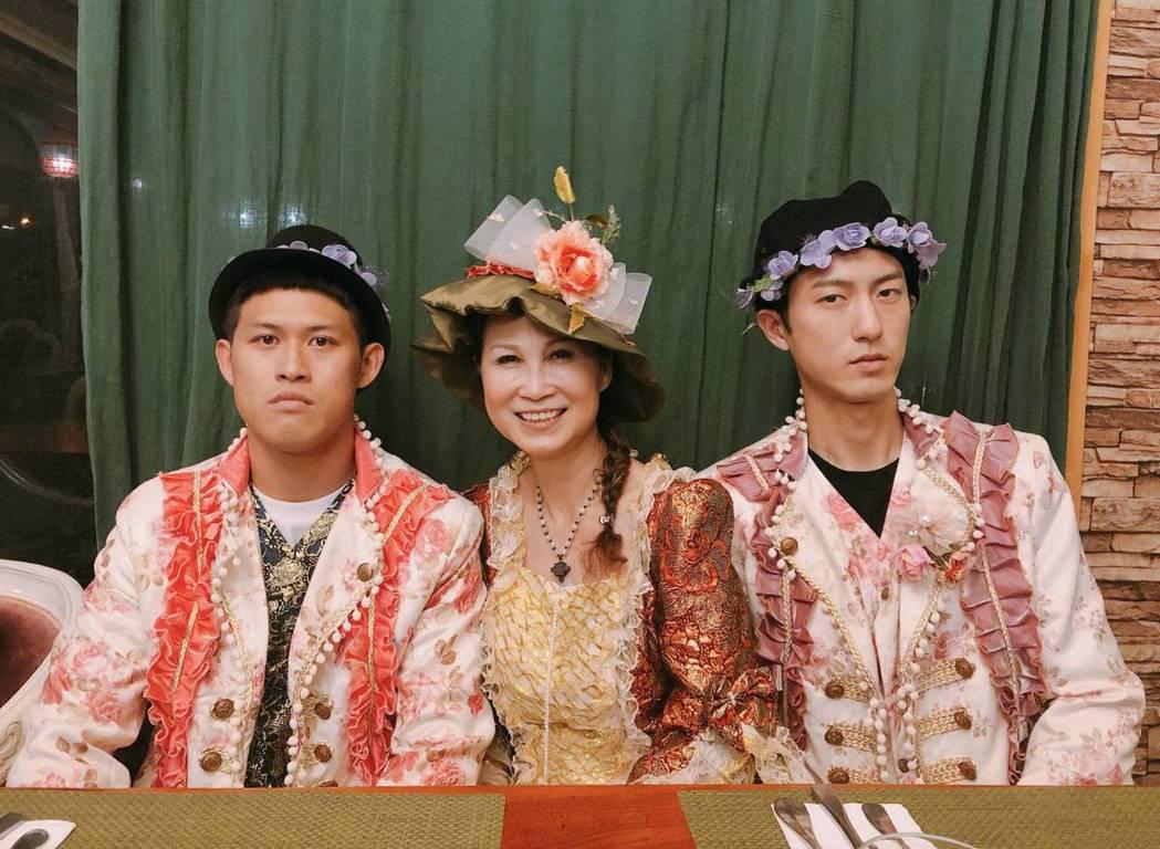 邱昊奇(右)被媽媽逼著穿上歐洲宮廷服。圖/三立提供