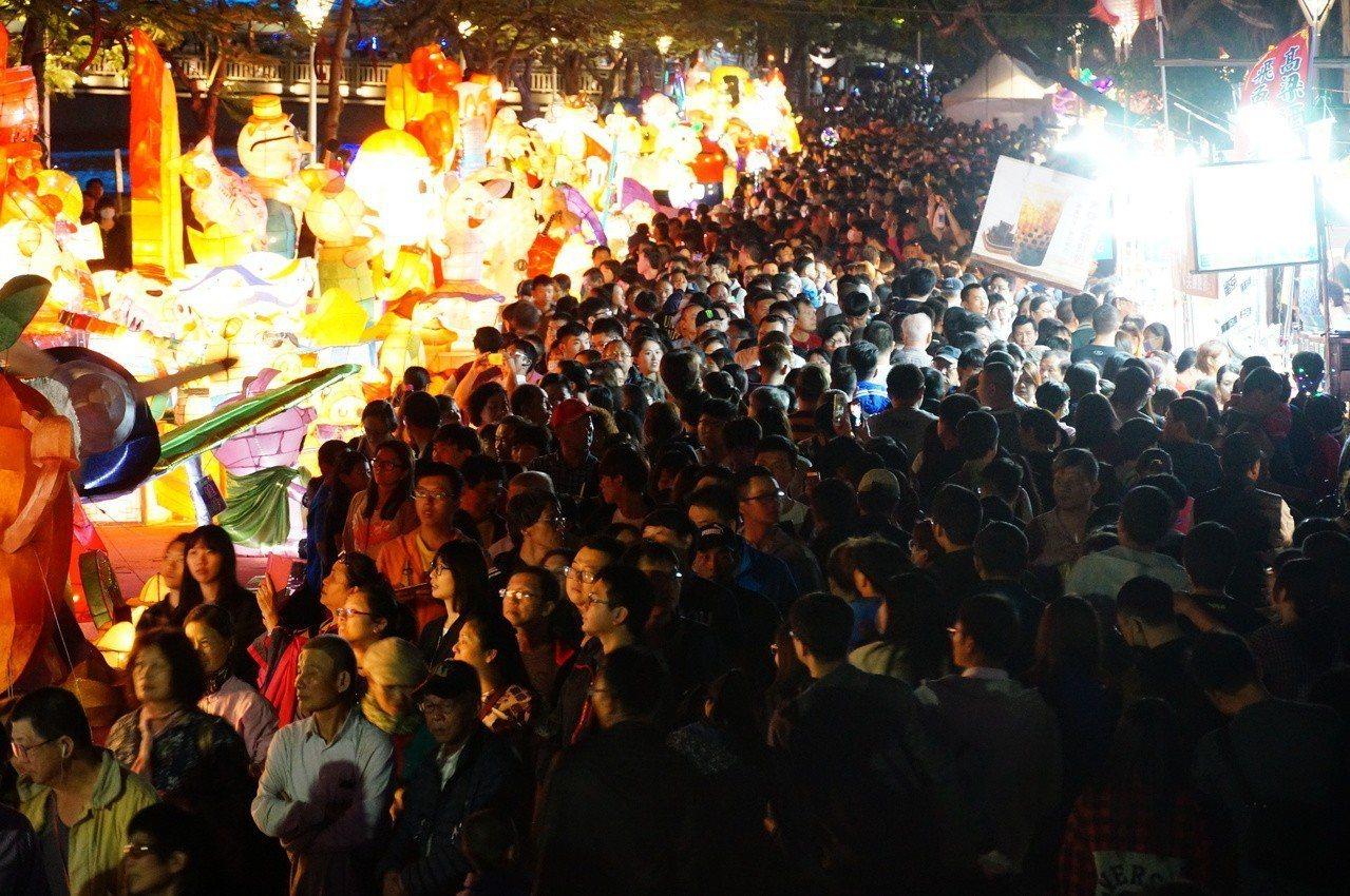 愛河燈會今晚吸引人潮。記者林伯驊/攝影