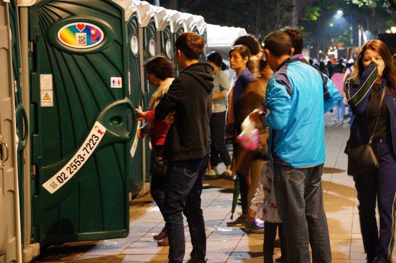 上流動廁所要排隊。記者林伯驊/攝影