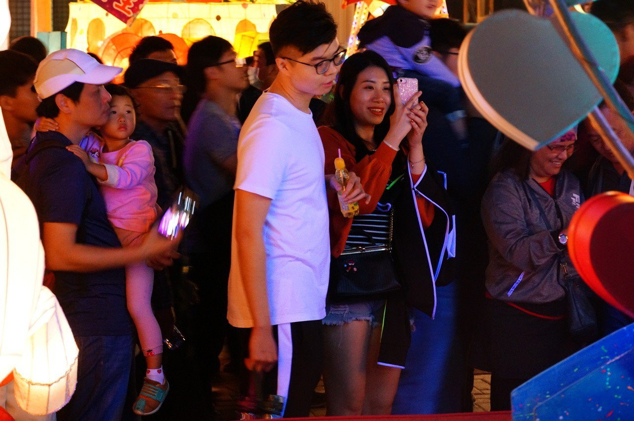民眾拍愛情摩天輪造型燈籠。記者林伯驊/攝影