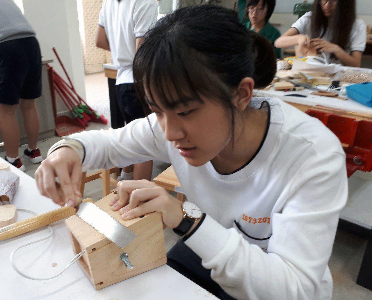 北一女木工課很受歡迎,學生上課很療癒,開放選課後秒殺。圖/北一女提供