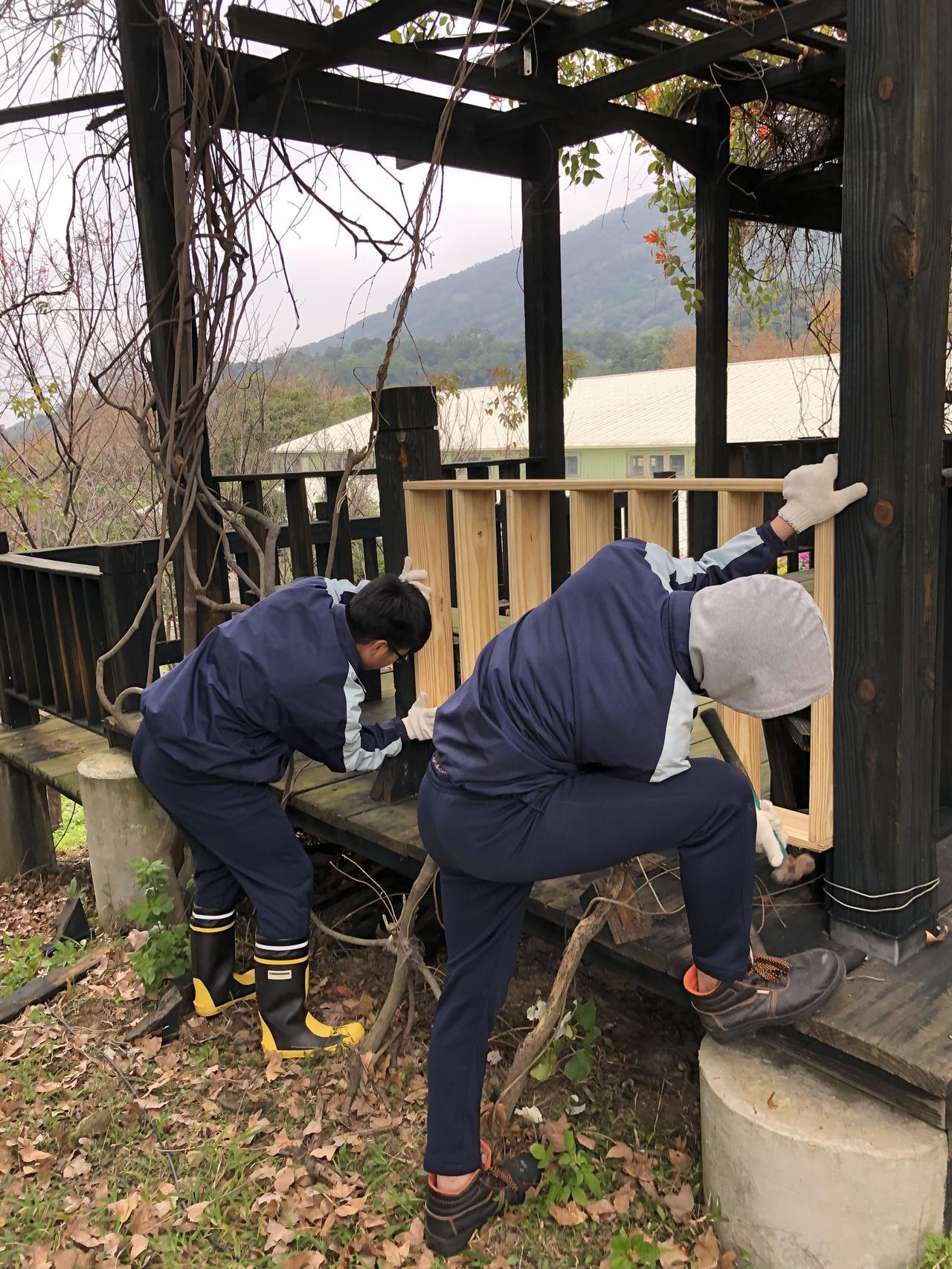 北市惇敘工商木工班學生貢獻專長,幫忙修繕校內的木製登科亭。圖/惇敘工商提供