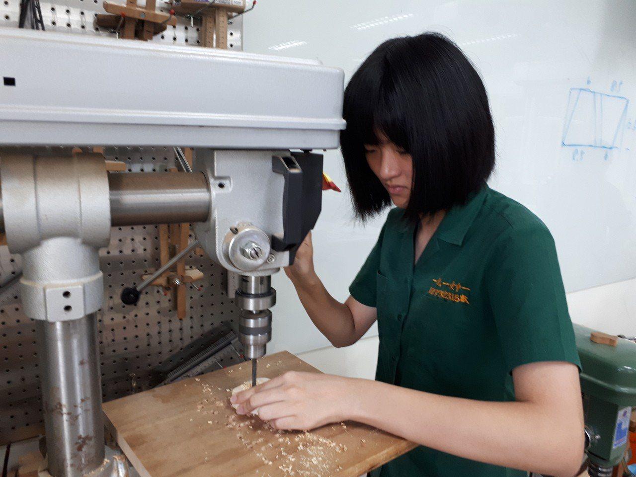 北一女開設初級木工課,並建置木工教室,學生上課很療癒。圖/北一女提供