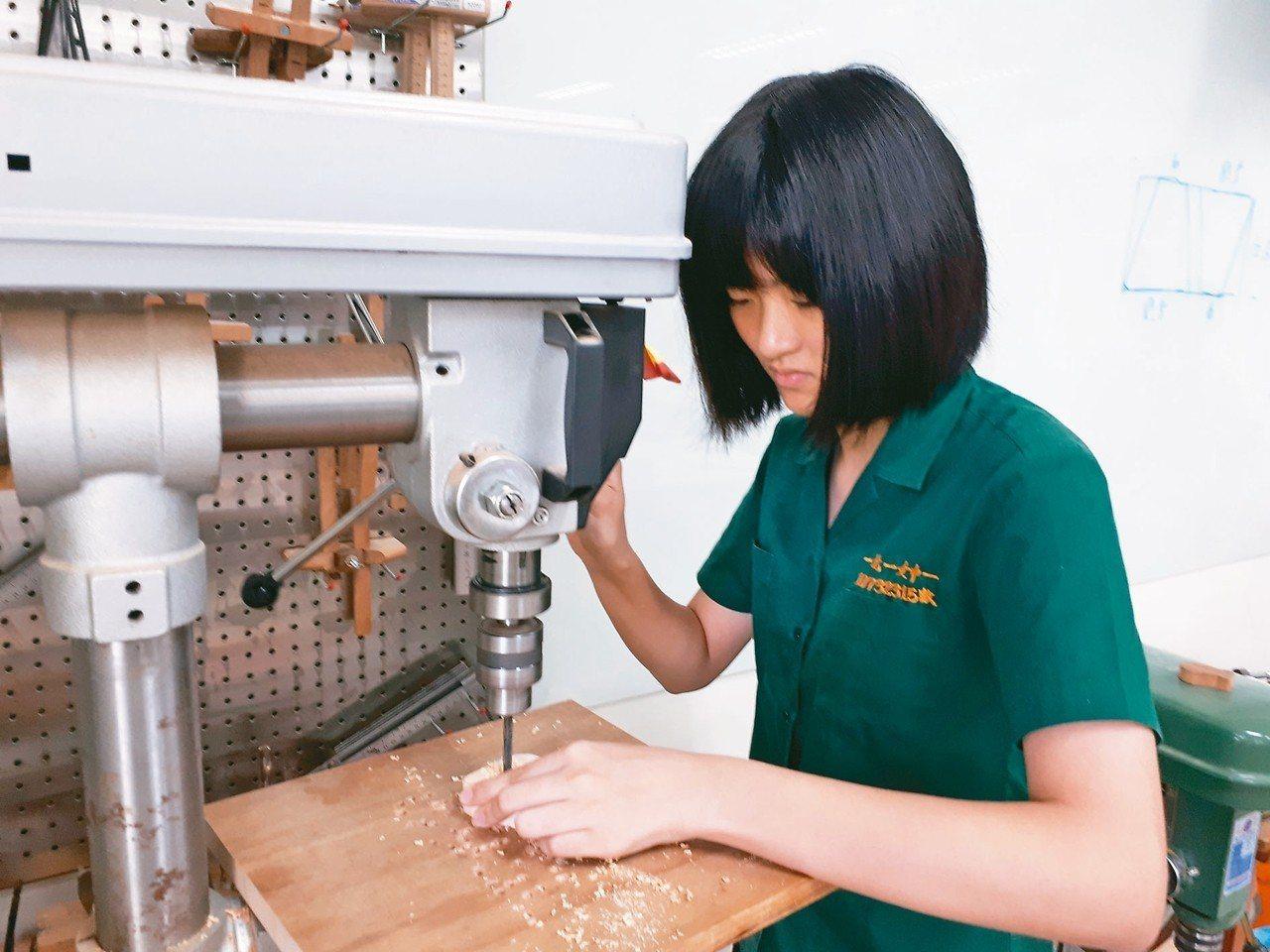 北一女開設初級木工課,並建置木工教室,學生上課很療癒。 圖/北一女提供