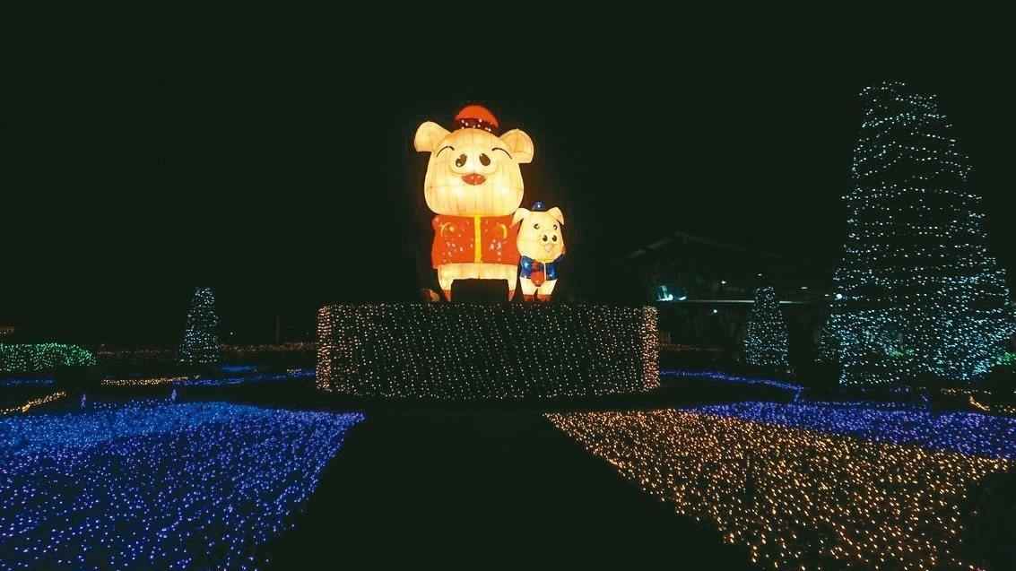 「花在彰化」燈會配合豬年,大型主燈為「花現幸福,豬事如意」。 記者林敬家/攝影