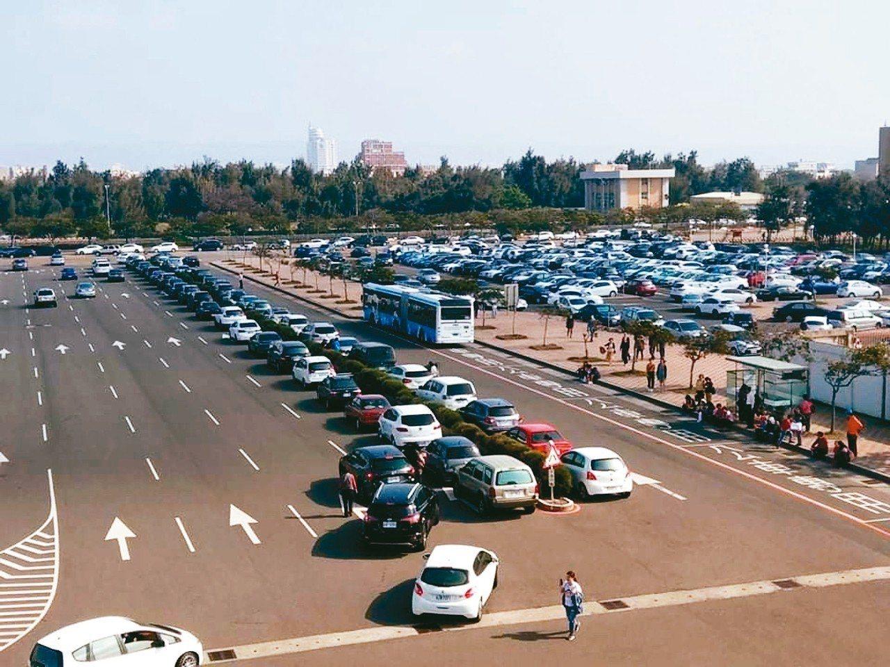 台中港旅客服務中心前停車場,春節出現停車亂象,轎車排排站,停在公車道旁安全島。 ...