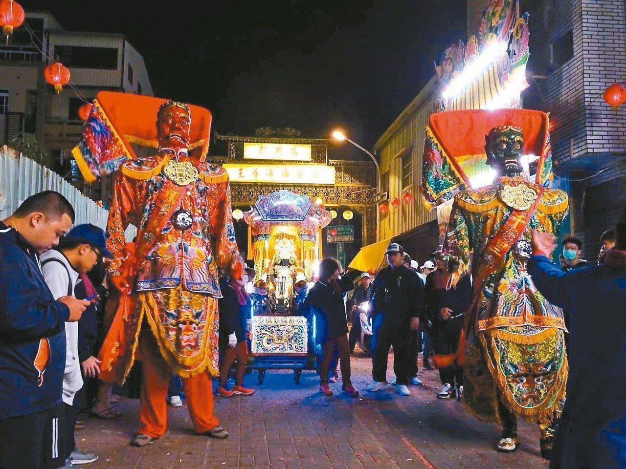 台南中西區西羅殿前天舉辦建醮活動的「送天師」,持續熱鬧到昨天凌晨4時才結束。 圖...