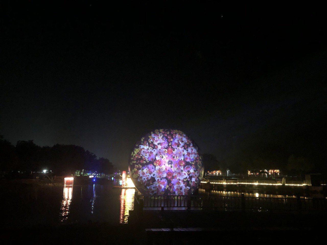 巨型月球裝置融合光雕秀,讓人相當驚豔。記者林敬家/攝影