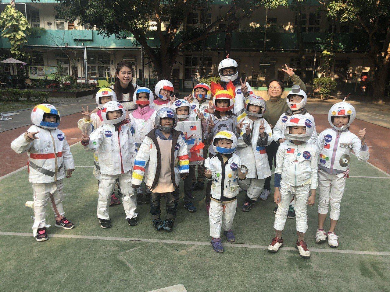 新竹市府今年元宵節延續太空主題,邀請大小朋友一同穿上太空裝上街提燈漫遊護城河,一...