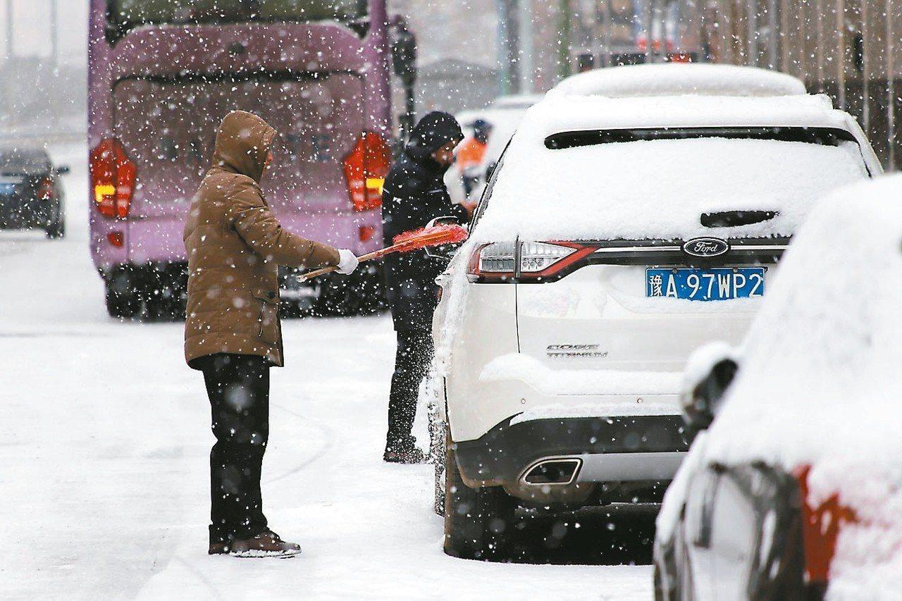 河南10日出現降雪,南陽、周口、安陽等多地發布道路結冰黃色預警,當地交通受影響。...