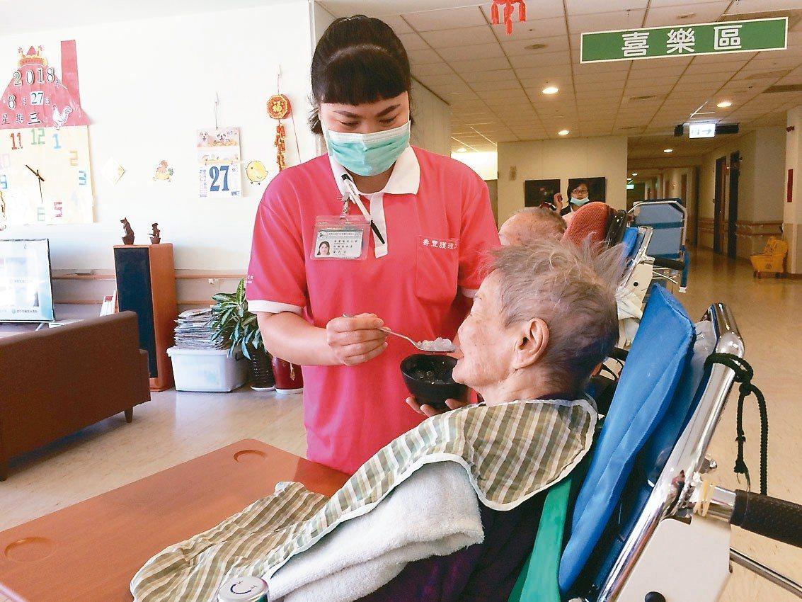 花蓮門諾醫院從越南招募來的照服員阿芳,是得力好幫手。 圖/門諾醫院提供