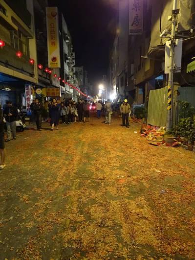 台南中西區西羅殿前天舉辦建醮活動中的高潮「送天師」,陣頭走過的街道留下大批炮屑,...
